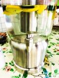 Calce e galleggiante dei cetrioli nell'erogatore dell'acqua Immagine Stock