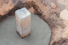 Calcestruzzo che versa durante i pavimenti concreting commerciali Immagini Stock Libere da Diritti