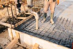 Calcestruzzo che versa durante i pavimenti concreting commerciali di costruzione immagini stock libere da diritti
