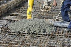 Calcestruzzo colato dei muratori facendo uso del tubo flessibile concreto Immagini Stock Libere da Diritti