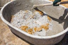 Calcestruzzo di miscelazione in vasca Fotografie Stock