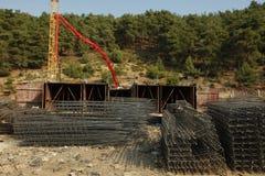 Calcestruzzo di versamento di costruzione, tondo per cemento armato sotto il cielo Fotografia Stock