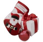 Calcetín de la Navidad, bola roja y caja de regalo blanca Fotografía de archivo libre de regalías