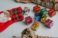 Calcetín de la Navidad con el manojo de regalos que salen de él Imagenes de archivo