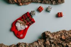 Calcetín de la Navidad con el manojo de regalos que salen de él Imagen de archivo libre de regalías