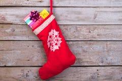 Calcetín rojo de la Navidad con los copos de nieve Fotos de archivo libres de regalías