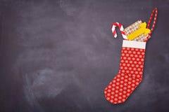Calcetín rojo de la Navidad de la papiroflexia con los presentes Imagen de archivo libre de regalías