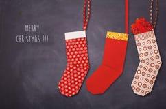 Calcetín rojo de la Navidad de la papiroflexia con los presentes Fotografía de archivo libre de regalías