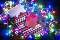 Calcetín rojo de la Navidad y guirnalda brillante Fotos de archivo libres de regalías