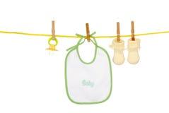 Calcetines aislados del babero del bebé en una línea de ropa Fotos de archivo