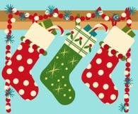 Calcetines de la Navidad de la ejecución con el presente Fotos de archivo libres de regalías
