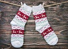Calcetines de la Navidad en la cesta Foto de archivo
