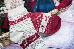 Calcetines de la Navidad en la cesta Imágenes de archivo libres de regalías