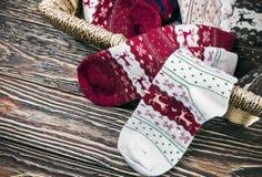 Calcetines de la Navidad en la cesta Foto de archivo libre de regalías