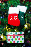 Calcetines de la Navidad en el árbol Fotografía de archivo libre de regalías