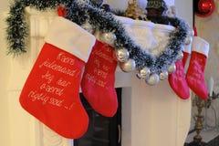 Calcetines de la Navidad en una chimenea fotografía de archivo libre de regalías