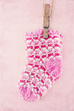Calcetines de la niña en fondo rosado Fotografía de archivo libre de regalías