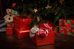Calcetines de lana, árbol de navidad de la falta de definición en fondo Foto de archivo