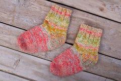 Calcetines de lana hechos a mano coloridos Fotografía de archivo