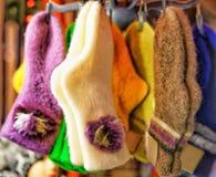 Calcetines de lana y calientes que cuelgan en el mercado de la Navidad de Riga Foto de archivo