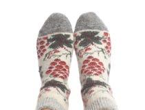 Calcetines de las lanas en los pies de la mujer aislados en el fondo blanco fotos de archivo