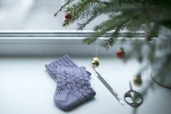 Calcetines de las lanas y ramo calientes de la Navidad Fotos de archivo libres de regalías