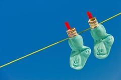Calcetines del bebé en cuerda para tender la ropa Imagen de archivo libre de regalías