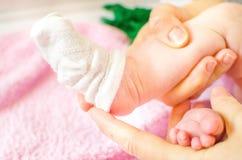 Calcetines del blanco de vestido del bebé Imagen de archivo
