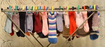 Calcetines del color en el secador Fotografía de archivo libre de regalías