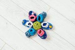 Calcetines del ` s de los niños en el piso Imagen de archivo libre de regalías