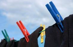 Calcetines en cuerda para tender la ropa Imagenes de archivo