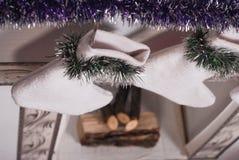 Calcetines en la chimenea, decorativos blancos de la Navidad, Imágenes de archivo libres de regalías