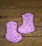 Calcetines hechos punto rosa del bebé Fotografía de archivo