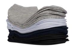 Calcetines masculinos doblados cuidadosamente en una pila Foto de archivo