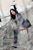 Calcetines negros del desgaste de mujer bastante joven altos y camisa larga imágenes de archivo libres de regalías