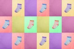 Calcetines para los niños Visión desde arriba Calcetines rayados multicolores en los fondos del rosa, de la mostaza, del púrpura, Imágenes de archivo libres de regalías