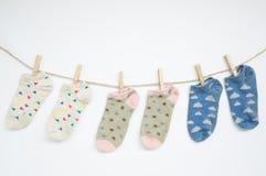 Calcetines que cuelgan con la trayectoria de recortes Foto de archivo libre de regalías