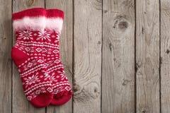 Calcetines rojos en viejo fondo de madera imágenes de archivo libres de regalías