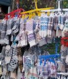 Calcetines y manoplas hechos de las lanas fotos de archivo libres de regalías