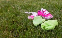 Calcetines y zapatos abandonados Fotografía de archivo libre de regalías