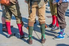 Calcetines y zapatos coloridos en el funcionamiento del tweed fotos de archivo libres de regalías