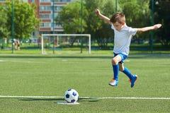 Calciatore del ragazzo con il salto prima della scossa sulla palla Fotografie Stock