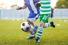 Calciatori che danno dei calci al pallone da calcio sulla sede di sport Foo europeo Fotografia Stock Libera da Diritti