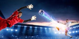 Calciatori sullo stadio nell'azione Media misti fotografie stock libere da diritti