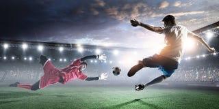 Calciatori sullo stadio nell'azione Media misti immagine stock libera da diritti