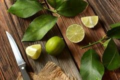 Calcini i frutti con le foglie sulla tavola di legno - frutta tropicale con fotografie stock libere da diritti