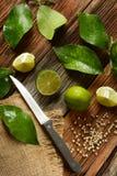 Calcini i frutti con le foglie sulla tavola di legno - frutta tropicale con fotografia stock