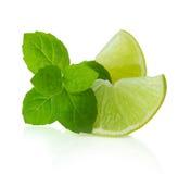 Calcini le fette e le foglie di menta isolate su bianco Immagini Stock Libere da Diritti