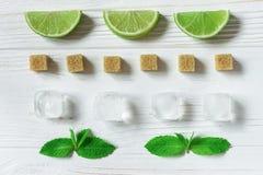 Calcini le fette, il ghiaccio, la menta ed i cubi di zucchero bruno Ingredienti per Immagini Stock