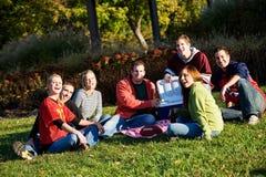 Calcio: Amici che si rilassano dopo il gioco nel parco fotografia stock libera da diritti
